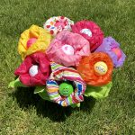 """TheInspiredHome.org // It's always hard to buy for women, especially female golfers. Make this simple DIY golf gift for women featuring a beautiful """"bouquet"""" of golf balls."""